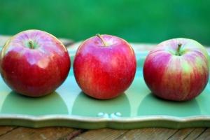 Three apples on tray